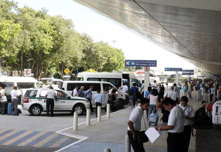 Algunos visitantes perdieron sus vuelos a consecuencia del suceso y tuvieron que desembolsar dinero extra al pagar un cuarto de hotel. (Francisco Gálvez/SIPSE)