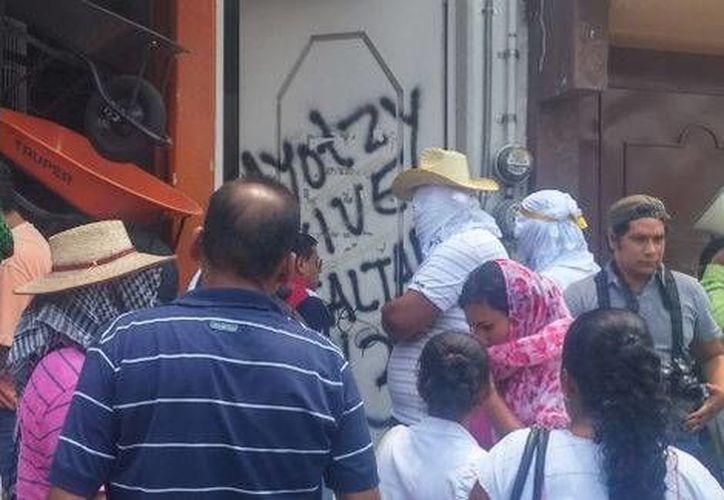 La protesta de los maestros generó la molestia de automovilistas que vieron su paso bloqueado. (Milenio)