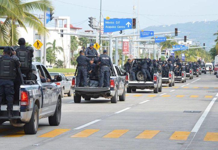 Las cinco personas sin vida fueron encontradas junto a un taxi en el que viajaban. Imagen de contexto de un operativo de la policía en la costera Miguel Alemán de Acapulco. (Archivo/Notimex)