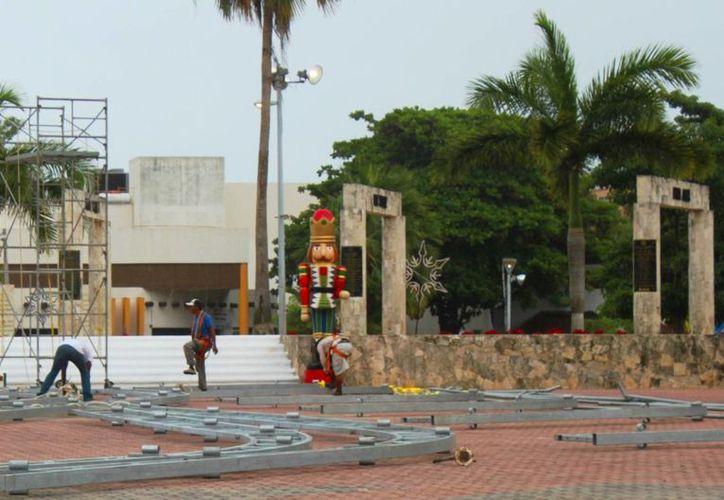 La decoración navideña del Ayuntamiento ya comenzó a instalarse. (Daniel Pacheco/SIPSE)