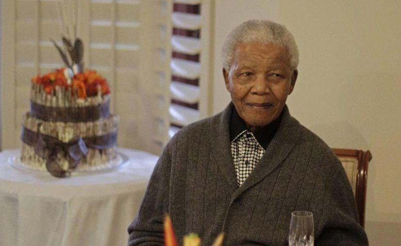 El expresidente sudafricano Nelson Mandela de 94 años de edad, fue tratado de una infección pulmonar y operado para extraerle cálculos biliares.  (Agencias)