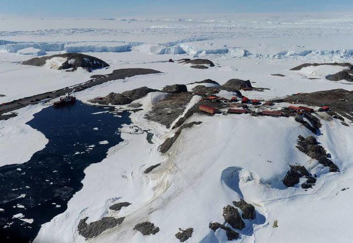 El avión Twin Otter se habría estrellado contra la cumbre del Monte Elizabethm en la Antártida. (EFE)
