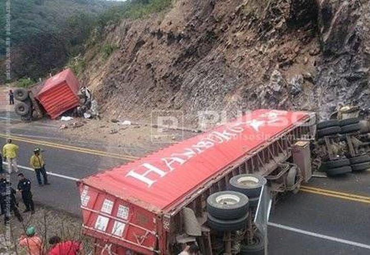 11 personas murieron al chocar el remolque de un trailer contra una camioneta en San Luis Potosí. (pulsoslp.com.mx)