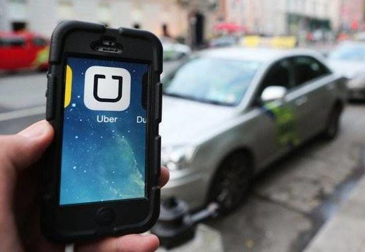 Uber ha causado polémica en los países donde ofrece el servicio que opera a través de una aplicación de internet, ya que sus competidores lo consideran ilegal.(Archivo/AP)