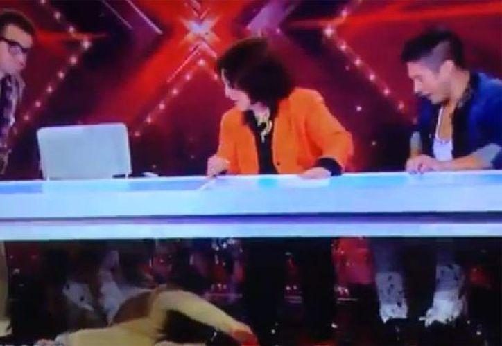 Angélica María, 'Chino' y 'Nacho', compañeros jueces de Belinda en El Factor X, no supieron cómo reaccionar luego de la caída de la joven cantante. (Captura de pantalla)