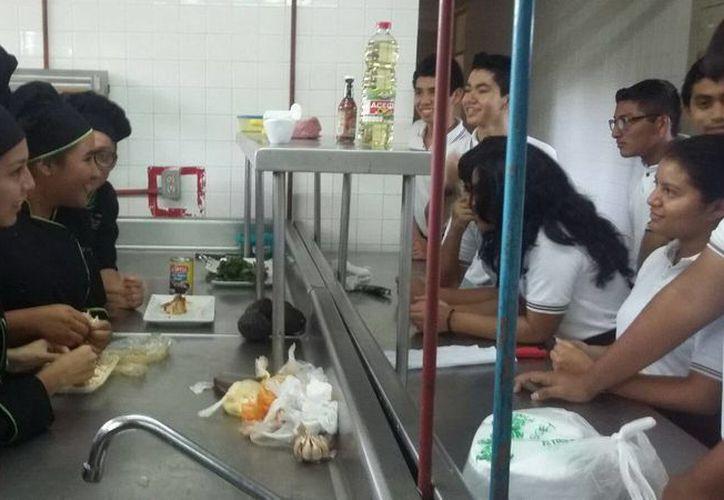 Los alumnos de secundaria conocieron el plan educativo del Conalep en Chetumal. (Redacción/SIPSE)