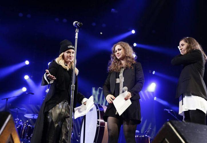 Las dos integrantes de Pussy Riot aparecen en un concierto de Amnistía Internacional con Madona (i), que las ha apadrinado en su llegada a Estados Unidos. (EFE)
