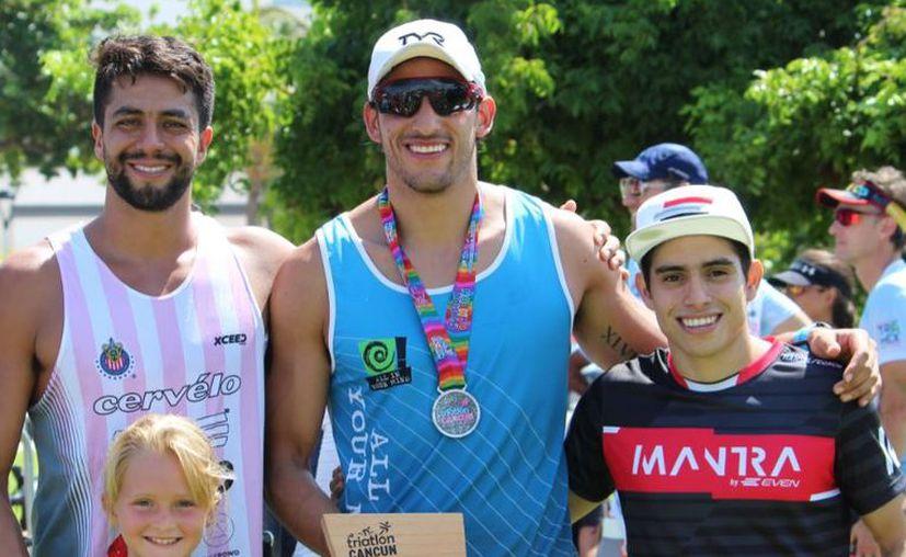 Sergio Torres, Nicolás García y Hansel Duarte (de izquierda a derercha), ganadores de Sprint Varonil 25-29 años. (Ángel Villegas/SIPSE)
