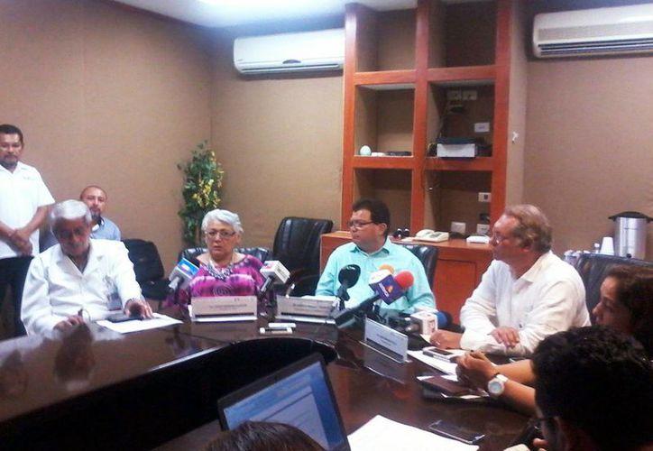 Imagen de la conferencia de prensa donde asistieron la  la Delegada del Issste, Leticia Mendoza Alcocer y el Delegado del IMSS, Jorge Méndez Vales, quienes informaron el aumento de casos de Chikungunya en Yucatán. (Coral Díaz/SIPSE)