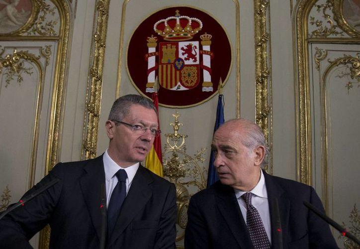Los ministros de Justicia, Alberto Ruiz Gallardón, y del Interior, Jorge Díaz, en conferencia de prensa en el Ministerio de Justicia en Madrid. (Agencias)
