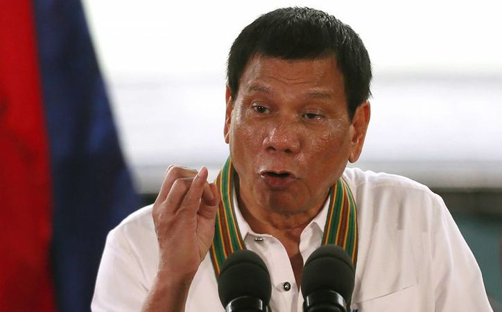 El presidente de Filipinas, Rodrigo Duterte, durante su conferencia de prensa a la que asistieron  funcionarios y empresarios. (AP/Bullit Marquez)