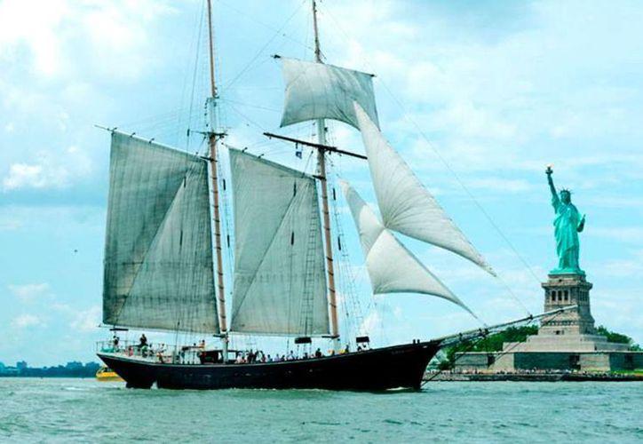 El barco turístico Clipper City, que este sábado encalló cerca de la Estatua de la Libertad, pertenece a la empresa Manhattan by Sail. La imagen es de contexto y no corresponde al suceso. (sailboatlistings.com)