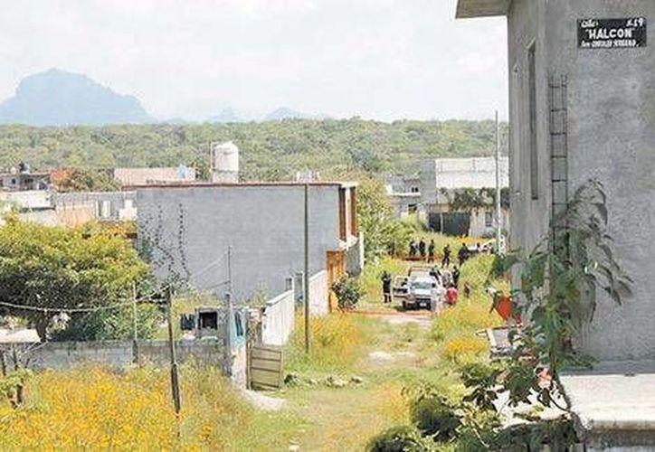 Los agentes llegaron al lugar donde ocurrió el asesinato de la pareja al norte de Cuernavaca, Morelos. (Milenio)