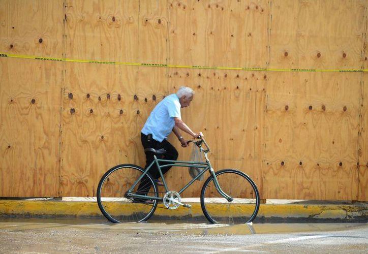 En la imagen un edificio cubierto con madera para evitar que algún derrumbe afecte a los ciudadanos que pasan por el Centro Histórico de Mérida. (Milenio Novedades)