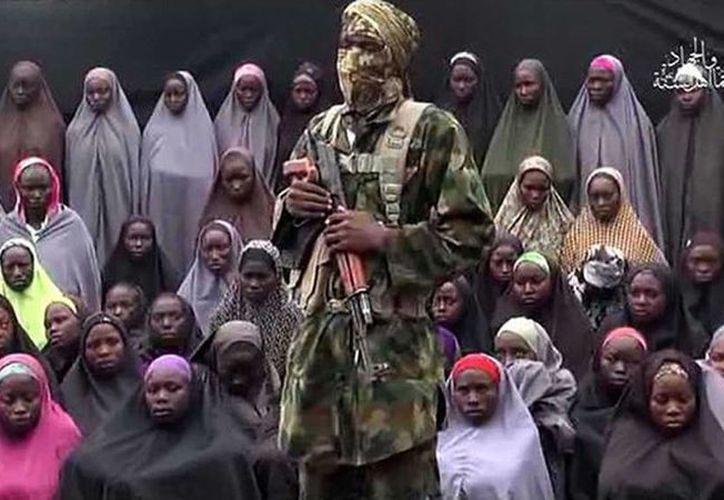Imagen de las jovenes secuestradas por integrantes del Boko Haram. Una de ellas fue rescatada por el Ejército de Nigeria. (Archivo/Agencias)