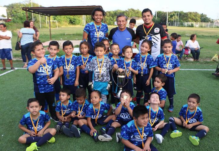 José Riveroll Jiménez, presidente de la cantera Pompeyense, entregó medallas a cada protagonista de la final, y los trofeos al campeón. (Miguel Maldonado/SIPSE)