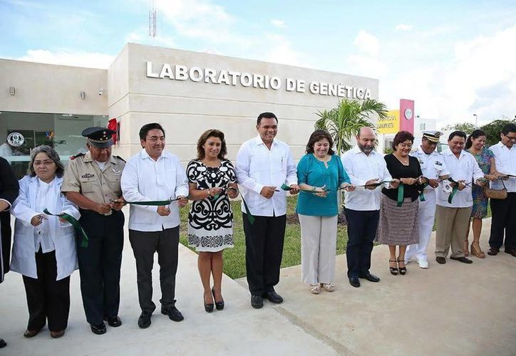 Flanqueado por diversas autoridades, el gobernador Rolando Zapata cortó el listón inaugural del Laboratorio de Genética Forense de la FGE. (Milenio Novedades)