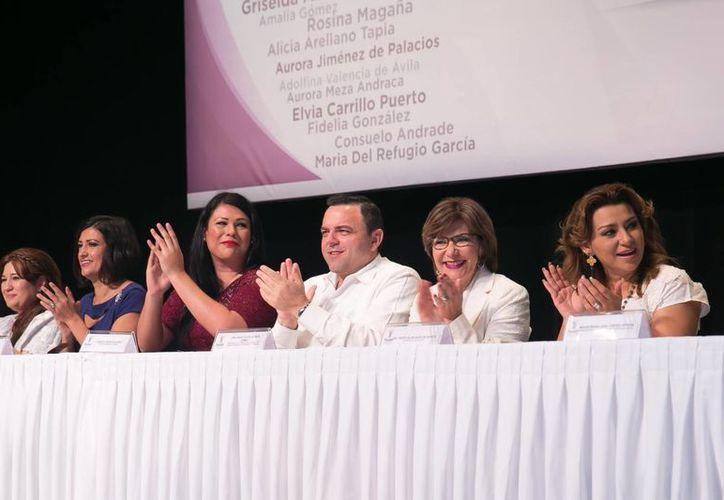 Roberto Rodríguez Asaf, secretario de gobierno (c) durante el centenario del primer Congreso Feminista en Yucatán. (Foto cortesía del Gobierno de Yucatán)