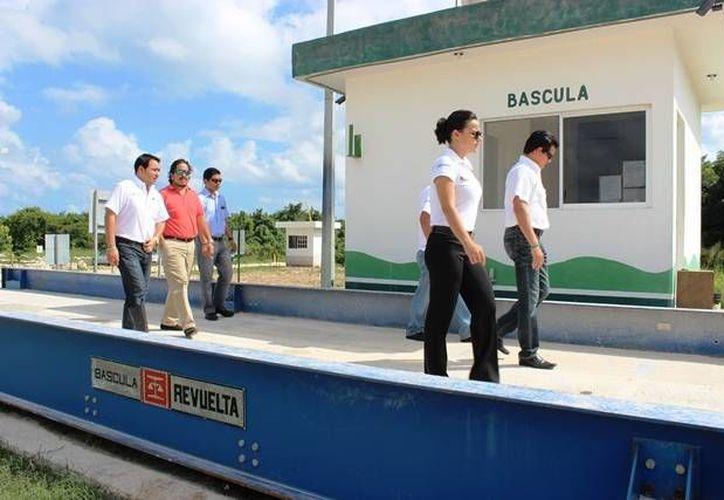 El regidor Emilio Villanueva Sosa junto con personal de Ecología y Medio Ambiente realizaron un recorrido en el relleno sanitario. (Cortesía/SIPSE)