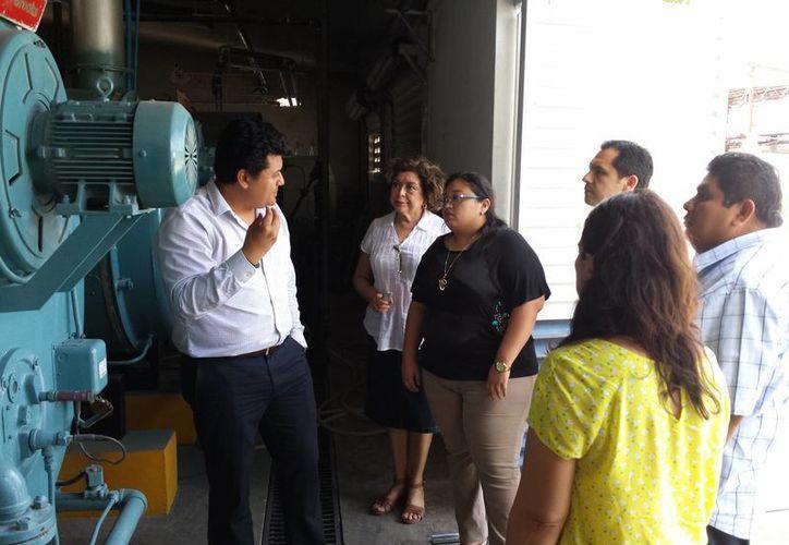 Regidores meridanos escuchan las explicaciones del director de Abastos de Mérida, Juan Carlos Lucero Flores, durante la visita al rastro municipal. (SIPSE)