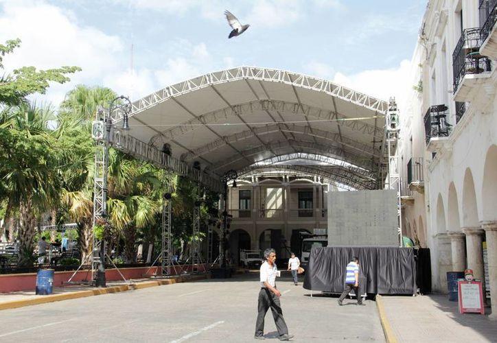 El cierre de calles en el Centro de Mérida causó molestias, sobre todo a automovilistas que tuvieron que esperar mucho tiempo para atravesar semáforos. También tuvieron problemas algunos transeúntes que tuvieron que librar la estructura, en medio de espacios reducidos. (Uziel Góngora/SIPSE)