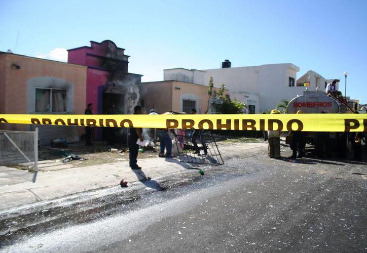 Dos viviendas fueron declaradas 'pérdida total' tras la explosión de los siete tanques de gas en la colonia Misión del Carmen ayer por la mañana. (Octavio Martínez/SIPSE)