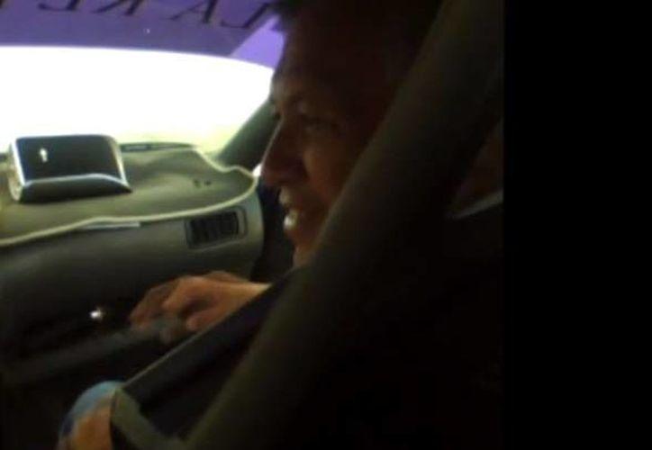 Gilberto Gómez Mora se subió el vehículo para tratar de convencer al presunto líder taxista. (Youtube)