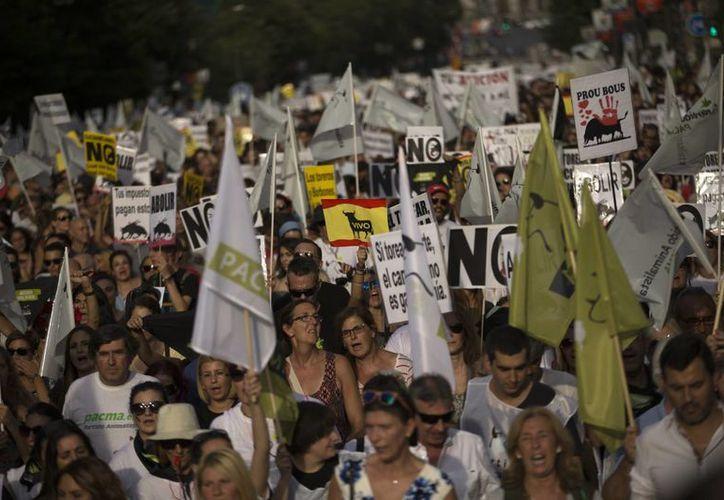 Los manifestantes exigen la prohibición de las corridas de toros, bastante arraigadas en España. (Archivo/ AP)