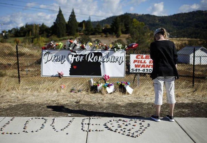 Christopher Sean Harper-Mercer, quien hace unos días mató a 9 personas en una escuela de Oregon, se suicidó, de acuerdo a información oficial. En la foto, una mujer en un memorial dedicado a las víctimas de dicha masacre. (AP)