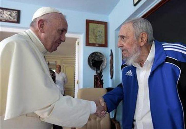 El Papa Francisco y el líder cubano Fidel Castro se saludan con un apretón de manos durante el encuentro que tuvieron en La Habana. (Agencias)