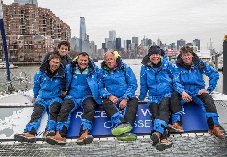 """Ellos son los miembros del """"Race for the Water Odyssey"""" o R4WO durante su llegada a Nueva York tras cruzar el Atlántico; partieron desde Francia. (EFE)"""