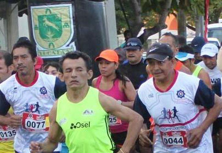 Fueron 1,800 corredores los que tomaron parte en la Carrera Telcel Red que comenzó en Altabrisa. (Milenio Novedades)