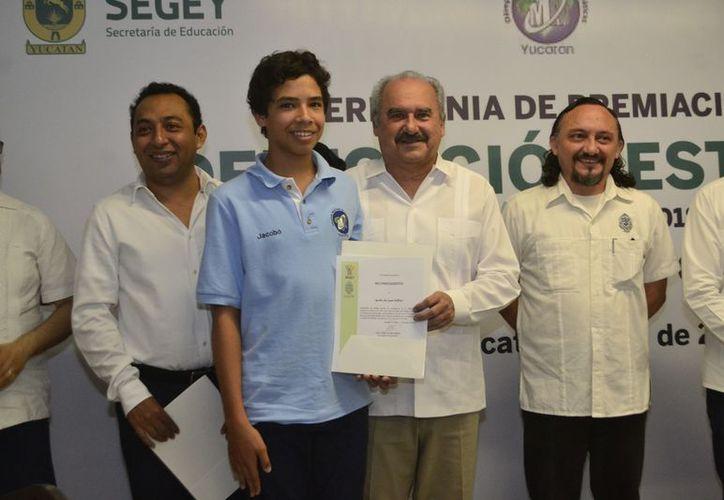 """Jacobo de Juan Millón, de la """"Comunidad Educativa Alianz"""", al recibir un premio. (Daniel Sandoval/ Milenio Novedades)"""