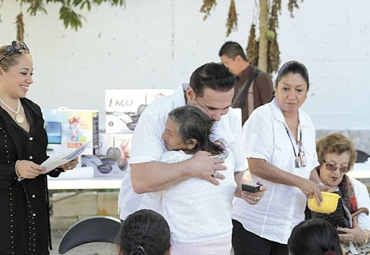 Arturo Marcelin, socio del Grupo Sunset, llevó obsequios a las personas de la tercera edad.  (Sergio Orozco/Sipse)