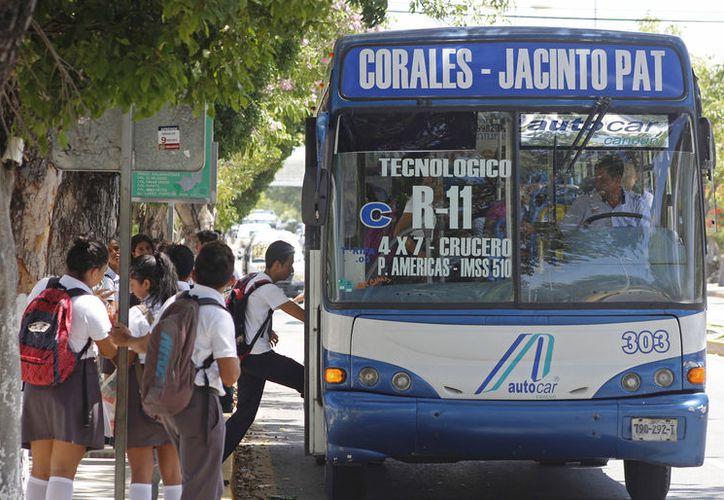 Los estudiantes seguirán pagando 25 pesos por el paquete de 40 boletos. (Foto: Jesús Tijerina/SIPSE)