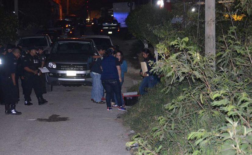 Agentes federales entraron a la bodega de Kanasín  con equipo de laboratorio y lámparas especiales, ya que el predio está abandonado y carece de electricidad. (SIPSE)