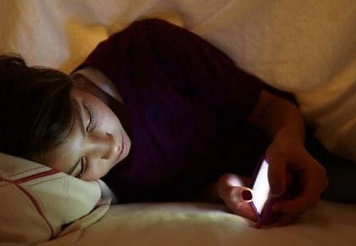 El uso del celular propicia que los infantes se acuesten tarde a dormir.  (Foto: Milenio Novedades)