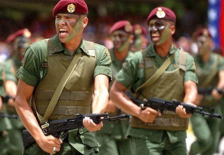 Soldados venezolanos desfilan con fusiles Kalashnikov AK-103. (EFE/Archivo)