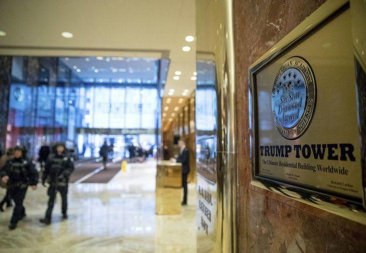 Policías caminan en el lobby de la Torre Trump,  en New York, el 17 de junio de 2017. Donald Trump jura al cargo el 20 de enero de 2016, y varios legisladores demócratas, así como artistas han cancelado su asistencia. (AP/Andrew Harnik)