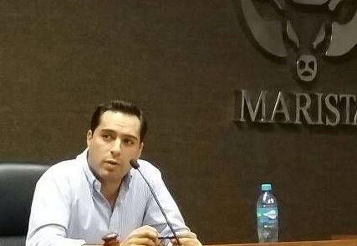 El diputado Mauricio Vila Dosal durante su charla en la Universidad Marista. (SIPSE)