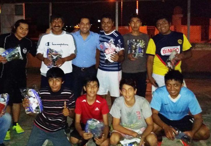 Deportistas de la colonia Mayaán con sus nuevos uniformes para jugar Fut7. (SIPSE)