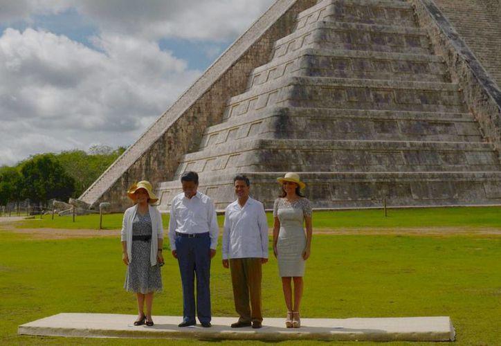 El presidente chino Xi Jinping con su esposa, Peng Liyuan (i), a los pies de la pirámide de Chichén Itzá en compañía del presidente Enrique Peña Nieto y su esposa Angélica Rivera, en junio de este año. (Notimex)