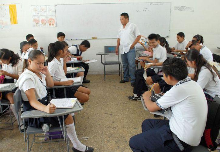 Profesores aseguran que son afectados por el atraso en el pago que se les entrega al terminar cada sexenio. (Tomás Álvarez/SIPSE)