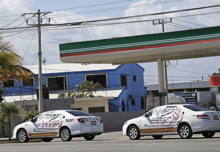 Las unidades fueron colocadas enfrente de las gasolineras. (Jesús Tijerina/SIPSE)