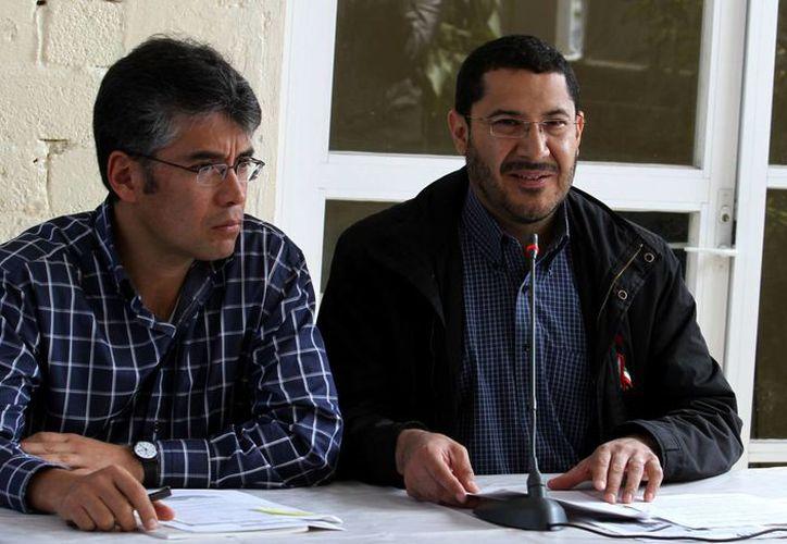Conferencia de prensa encabezada por Martí Batres, presidente del CEN de Morena (d), y Tomás Pliego, secretario de esa organización. (Notimex)