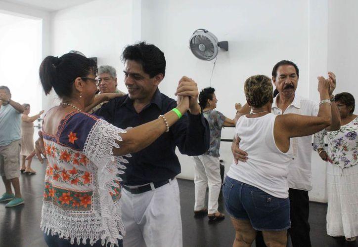 Se enseñó a 10 parejas y otras 10 personas que asistieron al taller. (Faride Cetina/SIPSE)