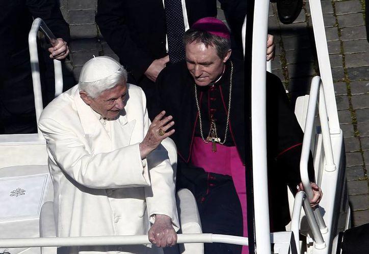 Benedicto XVI en uno de sus últimos recorridos en el papamóvil, antes de que dejara la sede vaticana.a (Archivo/Notimex)