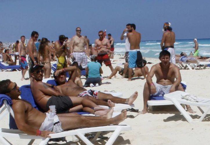 Los turistas disfrutan del sol y las playas de este destino turístico. (Israel Leal/SIPSE)