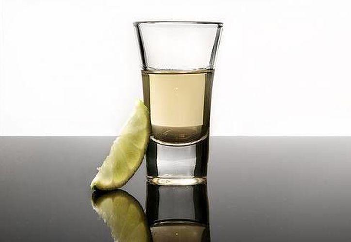 El tequila 100 por ciento de agave recibió a mediados del año pasado la autorización del gobierno chino para ser comercializado en este país. (conalcohol.com)