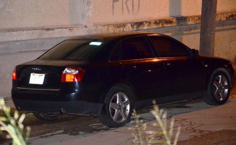 Se presume que los asaltantes huyeron en un automóvil marca Audi, que ayer fue localizado a dos cuadras del estadio Nelson Barrera Romellón. (Novedades Campeche)
